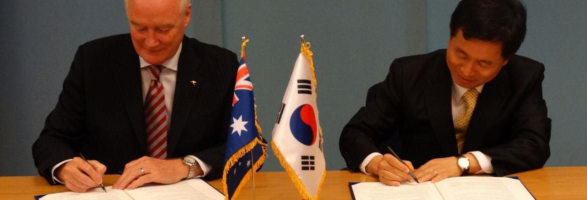 Mr Graham Peachey, AMSA Chief Executive Officer, and Mr Hyun-chul Lim Churl, Assistant Minister for Maritime Affairs and Safety Policy Bureau of the Republic of Korea Ministry of Oceans and Fisheries (MOF) sign the MoU