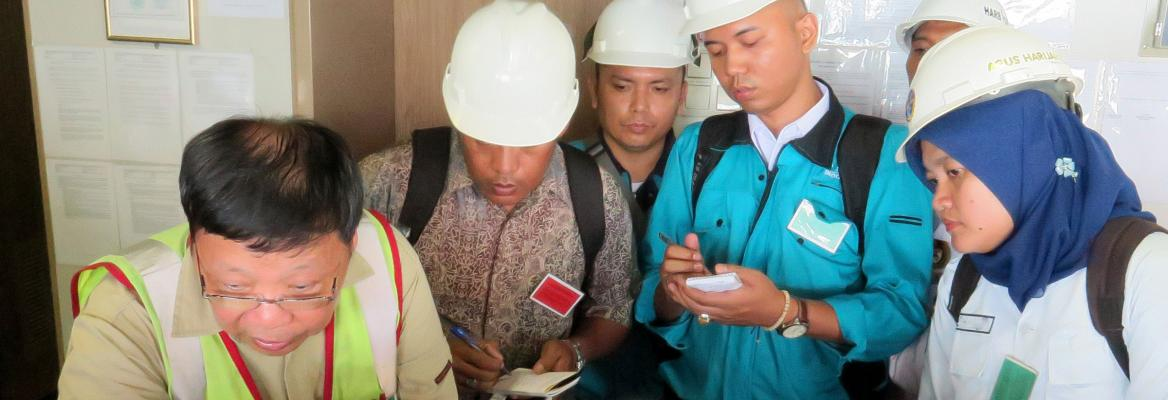 AMSA Marine Surveyor Tat Yeung instructs officers participating in the port State control course